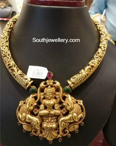 Kanthi Necklace with Lakshmi Pendant - Indian Jewellery Designs Gold Temple Jewellery, Gold Jewellery Design, Gold Jewelry, Antique Jewelry, Collier Antique, Hyderabadi Jewelry, Gold Pendent, Thing 1, Minimal Jewelry
