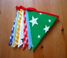 Guirnalda de banderitas de tela con cinta roja de NicomoNiporque, €18.00 en @Etsy