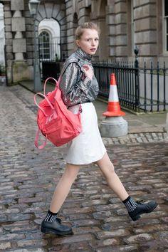 Bereits ein Jahr zuvor zeigte sich Modebloggerin Marie Jenson zur London Fashion Week mit rotem Fjällräven-Rucksack.