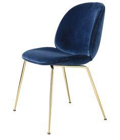 Beetle Chair er formgitt av design duoen GamFratesi der dansk og italiensk design forenes. Beetle stol er en tidløs, elegant og frekk stol, som kan trekkes i mange ulike stoff og farger. Det er opptil deg hva du ønsker. Beetle dining chair passer veldig godt som spisestuestol, eller den ene stolen du har i en gang, på soverommet etc. Stolen er alltid heltrukket i stoff eller skinn. Basen er i messing. Mål: H:87 x L:49,1 x W:54,6 Sittehøyde 45 cm Priser fra 7895,- til 9295,- Ta kontakt på...