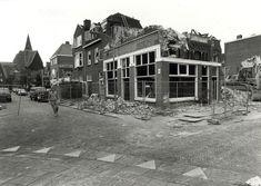 """Haarlem 1990 Schoterweg hoek Zocherstraat. De sloop van het v.m. café """"Burgers""""(""""Schoonzicht""""). Links in de verte de Koningskerk gelegen aan de Kloppersingel."""