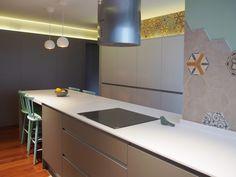 Cocina con península en solid surface. Revestimiento hexagonal vintage en paredes. Concepto hygge. Interiorismo de AZ Diseño.