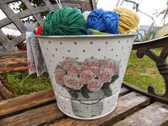 Cubo decorado con decoupage y stencil Decoupage, Milk Cans, Diy, Canning, Buckets, Kitchen Jars, Glass Boat, Stencil, Cubes