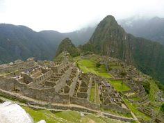 La respuesta aún me hace temblar las rodillas DÍA 1 Lo primero que tendrás que hacer es llegar a Cuzco, la ciudad más turística de Perú y lugar desde donde se tiene el acceso directo hasta Machu Pi…