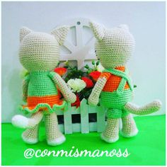 this is a pattern in PDF to make Mia and Milo, gardeners kittens.  Available in Spanish and English.  Basic amigurumi technic and crochet knowledge will be need. Each doll is approximately 20 cm tall, and they are crocheted in acrylic yarn and 2 mm crochet hook.  If you have any question, please contact me.  Have fun