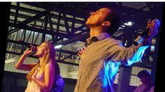 Pai nosso nos céus  Santo é o teu nome  Teu reino buscamos  Tua vontade seja feita   Na terra como é nos céus  Deixa o céu descer   Teu é o reino Teu  O poder é Tua  É a glória  Pra sempre amém!