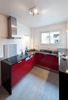 Black and red kitchen with white walls and white tiles in the floor   Cuisine noire et rouge avec des murs blancs et un carrelage clair au sol