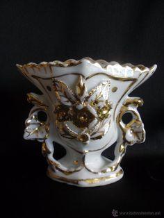 Bello jarrón isabelino de porcelana con flores en relieve pinceladas en oro