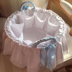Bavaglino Coniglietto Bianco Diy Bebe, Baby Baskets, Baby Sewing Projects, Moses Basket, Basket Decoration, Baby Bedroom, Baby Crafts, Kids And Parenting, Bassinet