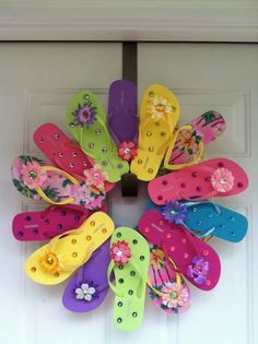 Summer wreath from flip flops. I wonder if the dollar store sells flip flops or if they would be on sale at the end of summer for this Z Summer Crafts, Holiday Crafts, Fun Crafts, Diy And Crafts, Arts And Crafts, Thanksgiving Holiday, Diy Wreath, Door Wreaths, Wreath Ideas