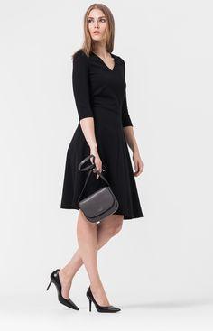 Das elegante Kleid Derry in neuer Midi-Länge bildet die Basis für zahllose Looks. In tailliertem Schnitt und aus weichem Stretch-Jersey umspielt es vorteilhaft die Figur. V-Ausschnitt, 3/4-Ärmel und der schwingende, ausgestellte Rock machen ein feminines Statement. Absolut officetauglich wird Derry mit Wedges, tailliertem Blazer und Schmuck zum Ausgeh-Outfit.