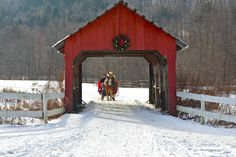 Beautiful covered bridge in Stowe, Vermont decorated for Christmas. It's such a lovely scene with a horse drawn sleigh nearing the bridge. It would make a pretty Christmas card! Old Bridges, Stowe Vermont, Merry Christmas, Christmas Scenes, Simple Christmas, Winter Scenery, Snow Scenes, Red Barns, Road Trip Usa