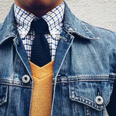 Style your way to cool streetwear approved fashion with this How To Guide for pairing neckties with denim jackets. Accessorize your way to a refreshing look that combines your professional and casual wear. Shirt And Tie Combinations, Mode Man, J Crew Jacket, Style Masculin, Casual Outfits, Men Casual, Casual Tie, Mens Fashion Blog, Man Style