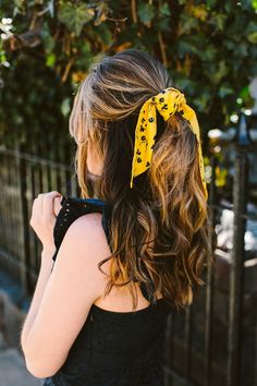 Aug 2019 - We're all about easy hairstyles.especially when effortless-but-chic. A silk scarf in your hair does the trick.ponytails, buns & next-day hair included. Easy Bun Hairstyles, Undercut Hairstyles, Headband Hairstyles, Hairdos, Natural Hairstyles, Next Day Hair, Medium Hair Styles, Curly Hair Styles, Head Scarf Tutorial