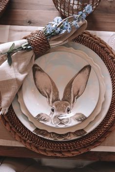 When you have made up your mind that you are going to throw an Easter party for your friends and family members, then the most important thing that you have to think off is the Easter table décor ideas Hoppy Easter, Easter Bunny, Easter Table Settings, Setting Table, Place Setting, Decoration Table, Easter Table Decorations, Easter Decor, Easter Ideas