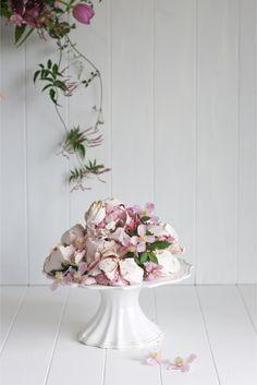 Meringues et lilas - Photo: Greta Kenyon - Stylisme: Magnolia Rouge - Fleurs: Leaf & Honey #fleurs #flowers #meringues