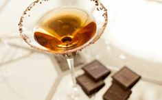 Midnight Kiss Champagne Cocktail Recipe - 1 part Amaretto - 1 part Chocolate liqueur - 4 parts chilled champagne - shaved chocolate for rimming. #NYE  #NewYearsEve #Martini