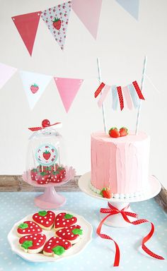 Bolo e doces decorados para festa tema Strawberry Party