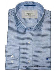 0962f71afc Pertegaz camisa vestir celeste con pequeño motivo azul y topito rojo. Camisa  manga larga