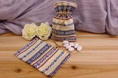 Πουγκί Υφασμάτινο Boho BBF-094726-2  Υφασμάτινο πουγκί boho παραδοσιακό, λευκό.Δημιουργήστε εύκολα και γρήγορα μια μπομπονιέρα όπως εσείς την έχετε σκεφτεί. Συνδυάστε με μια μεγάλη ποικιλία χρωμάτων και υλικών, κορδέλες, κορδόνια, δαντέλες και ξύλινα ή μεταλλικά διακοσμητικά στοιχεία (μοτίφ) και αφήστε τη φαντασία να σας οδηγήσει.Διαστάσεις: 11x19cm