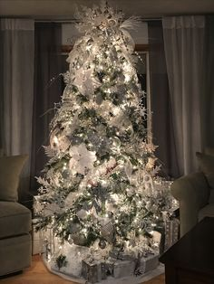 christmas tree silver White silver christmas tree lots of snowflakes and glitter Blue Christmas Tree Decorations, Christmas Tree Glitter, Elegant Christmas Trees, Christmas Tree Design, Beautiful Christmas Trees, Christmas Wreaths, Xmas Trees, Christmas Staircase, Christmas Tree Inspiration