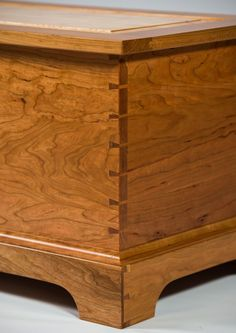 Class to Make a Blanket Chest | Blanket chest, Wooden toy chest ... Make Blanket, Blanket Box, Blanket Chest, Woodworking Projects That Sell, Woodworking Patterns, Woodworking Ideas, Furniture Making, Bob's Furniture, Furniture Design
