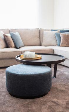 Living Room Inspiration, Interior Inspiration, Sofa Seats, Coffe Table, Living Room Decor, Decoration, Ottoman, Interior Design, Furniture