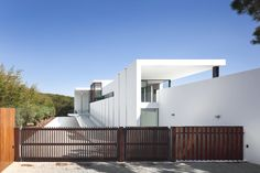 Clean, Crisp: Portuguese design studio Arqui+ has recently completed the Casa Vale Do Lobo project. This high-endproperty is located in Vale do Lobo, a golf resort in the Algarve, Portugal.