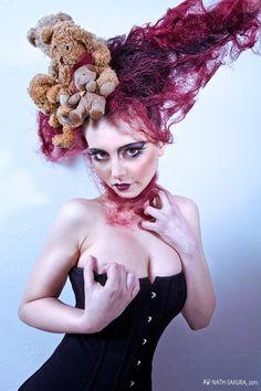 Modèle : Lilith Abélia. Make-up et coiffure : Guillaume Roche. Assistante : Tao. Soutien psychologique : Nathalie Nouth et Raf.