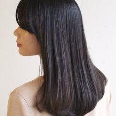 王道のモテヘア、黒髪ロングのストレートヘア。即美人印象が手に入る前髪なしスタイルをお届けします!せっかくのロングヘアがパサついていたら残念!サラサラロングをキープするヘアケア方法、スタイリングテクニックもたっぷりと。簡単にできるヘアアレンジ方法も。誰もがうらやむサラサラロングヘアを手に入れて♪ Girl Fashion, Long Hair Styles, Beauty, Color, Women's Work Fashion, Long Hairstyle, Colour, Girl Clothing, Long Haircuts