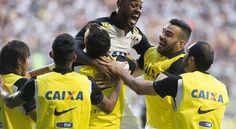Corinthians bate Atlético-MG e coloca mão na taça