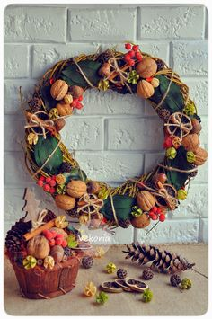 Wine Cork Wreath, Christmas Diy, Christmas Decorations, Handmade Decorations, Topiary, Pine Cones, Rustic Style, Candlesticks, Flower Arrangements