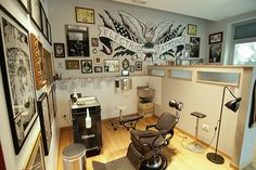 Pepe & Zuno Electric Tattooing shop in Viareggio, Italy. The Studio. Canon EOS w/ Tokina Tattoo Shop Decor, Tattoo Studio Interior, Irezumi Tattoos, Geisha Tattoos, Tattoo Station, Best Tattoo Shops, Tattoo Designs And Meanings, Tattoo Parlors, Shop Interiors