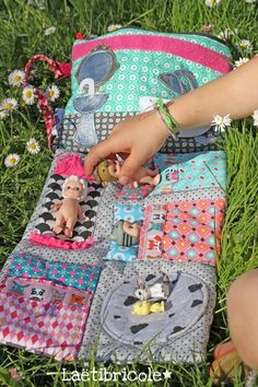 Cette pochette date de 2010 elle est dans le livre Diy Gifts For Kids, Diy For Kids, Doll Crafts, Diy Doll, Sewing For Kids, Baby Sewing, Mobile Craft, Diy Quiet Books, Sewing Dolls