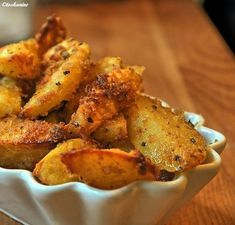 Crispy garlic potatoes - recipe- Knusprige Knoblauch-Kartoffeln – Rezept The perfect crispy garlic and potato recipe with simple step-by-step instructions: put the olive oil in a fire-proof form. Garlic Potatoes Recipe, Potato Recipes, Vegan Recipes, Pizza Recipes, Paleo Meals, Snacks Recipes, Drink Recipes, Appetizer Recipes, Dinner Recipes