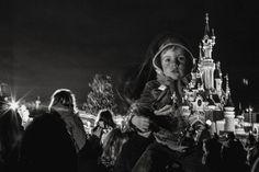 La magia de los ojos de la infancia  #kid #childhood #child #blackandwhite #monochrome #people #eyes #night #europe #paris #magic #castle #longexposure #crowd #outdoors #festival #disney #audience #innocent #see (De las primeras fotos que tomé).