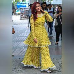 Gelber Sharara-Salwar-Anzug im Bollywood-Stil Sharara Designs, Kurta Designs Women, Kurti Designs Party Wear, Designs For Dresses, Dress Neck Designs, Blouse Designs, Pakistani Dress Design, Pakistani Dresses, Indian Dresses