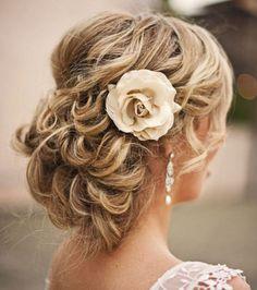 Peinados de boda: Recogido desenfadando con flora lateral