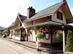 ST-Jovite, Québec - Cette gare a été inspirée par le style néogothique - Neo Gothic Style architecture OL Old Train Station, Train Stations, Architecture, Montreal, Trains, Gothic, Cabin, Display, House Styles