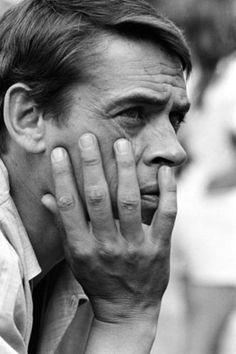 """""""Je préfère penser qu'une fenêtre fermée ça  ne sert qu'à aider les amants à s'aimer"""" Jacques brel (1929-1978)"""