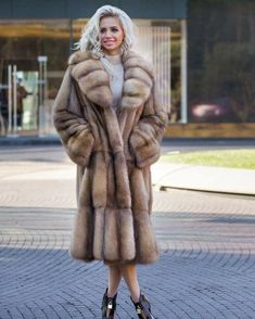 Look at those pelts 💕 Sable. Sable comes in a variety of colours and textures. The pelts can be aligned to create different patterns. I do love the look of this coat actually. Sable Fur Coat, Long Fur Coat, Shearling Coat, Fur Fashion, Winter Fashion, Womens Fashion, Winter Coats Women, Coats For Women, Fabulous Furs