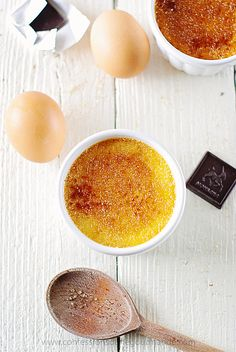 Crème brulée inratable (avec texte) Creme Brulee Latte Recipe, Coffee Creme Brulee, Vegan Creme Brulee, Chocolate Creme Brulee, Creme Brulee Cheesecake, Cream Brulee, Traditional French Desserts, Vanilla Bean Cakes, Desserts With Biscuits