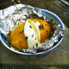 Gepofte aardappel met frisse kwark & bieslook saus Good Food, Yummy Food, Tasty, Camping Meals, Barbecue, Food Porn, Dinner Recipes, Food And Drink, Veggies