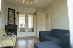 Kamer en suite deuren met originele kast en betegelde hoek schouw