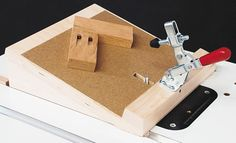 Pocket-Hole Routing Jig Plan also in the book Wood Magazine: Build your own shop jigs fixtures, page 53 Woodworking Bench Plans, Woodworking School, Woodworking Clamps, Woodworking Projects, Woodworking Equipment, Wood Jig, Bird House Feeder, Wood Magazine, Template