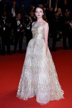 CANNES FESTIVAL 2015: Mackenzie Foy intr-o rochie Oscar de la Renta cu reflexii metalice.  Vezi rochiile Oscar de la Renta din colectia noastra: http://www.dressbox.ro/oscar-de-la-renta