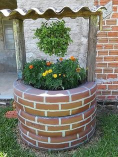DIY Tire Wishing Well Planters Tutorials: Recycle old tires into an adorable wishing well planter with faux paint brick exterior. a unique way to recycle old tires for garden decoration Tire Planters, Flower Planters, Flower Pots, Diy Flower, Flowers Garden, Flower Ideas, Garden Planters, Diy Garden Projects, Garden Crafts