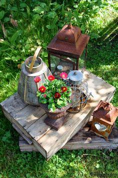 Stilleben in the garden Rusty Garden, Garden Planters, Garden Art, Garden Tools, Flea Market Gardening, Crystal Garden, Natural Garden, Garden Spaces, Amazing Flowers