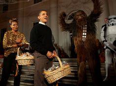 Obamovci čakajú nadeti vBielom dome počas Halloweenu.