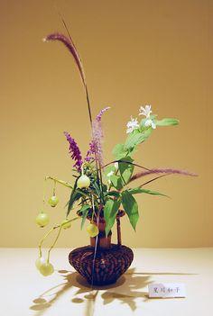 Ikebana Ohara in a bamboo basket with fruits | Flickr: partage de photos!